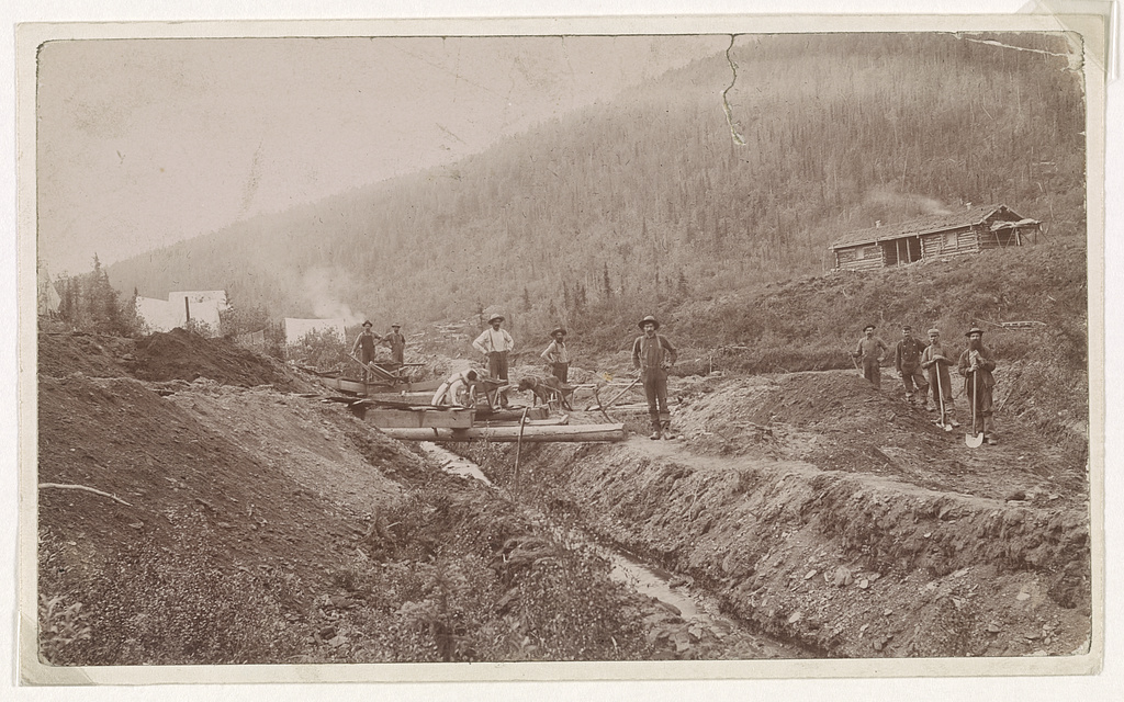 Gold miners in California in the late 1840s or early 1850s. Irish flocked from not only the United States but also from Ireland and Australia to participate (Library of Congress)